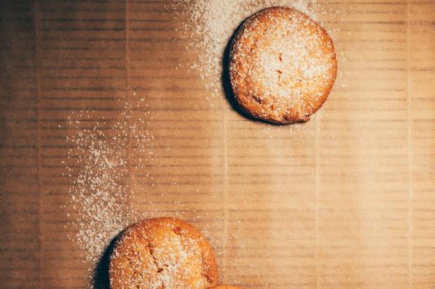 Fondo rotondo di disposizione del piano del primo piano dei biscotti