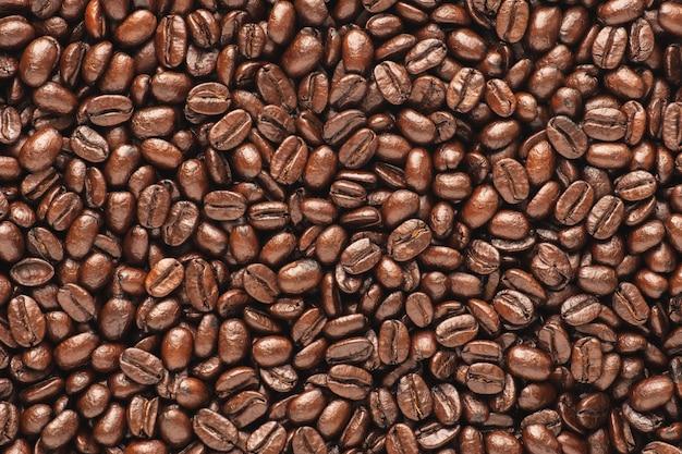 Fondo scuro dei chicchi di caffè arrosto, vista superiore