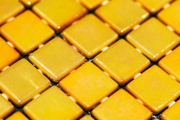 Fondo strutturato del mosaico giallo decorativo