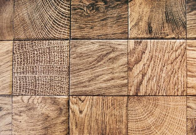Fondo strutturato di legno marrone in bianco