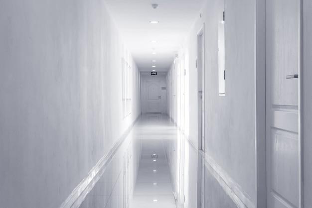 Fondo strutturato di via delle mattonelle di marmo, interno del tono in bianco e nero della costruzione