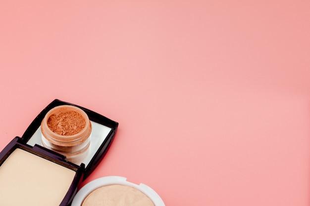 Fondotinta tonale ed evidenziatore, base per il trucco a forma di cuscino. vista dall'alto del prodotto cosmetico di evidenziatore in polvere