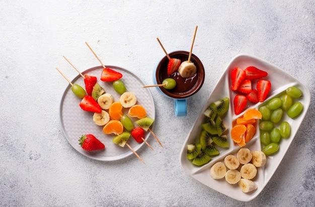 Fonduta di cioccolato dolce con frutta