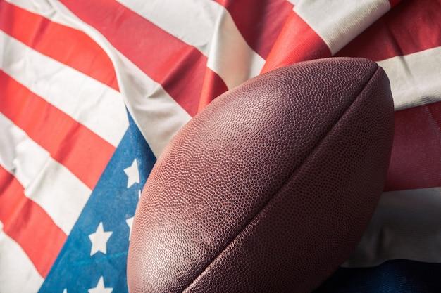 Football americano sulla vecchia bandiera americana gloria