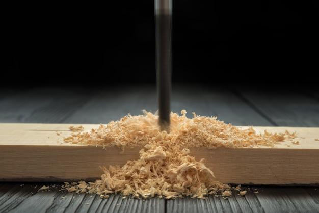 Foratura di assi di legno