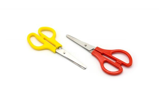 Forbici di plastica gialle e rosse isolate su fondo bianco