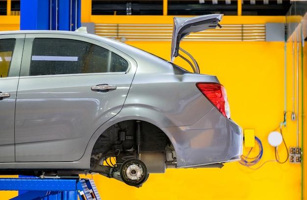 Forbici di sollevamento del lato posteriore dell'automobile in garage