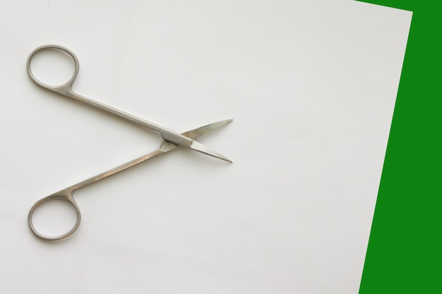 Forbici medico su verde bianco