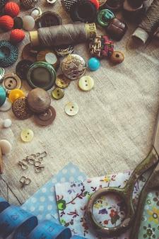 Forbici per tagliare tessuti, motivi, tessuti, fili e bottoni. messa a fuoco selettiva