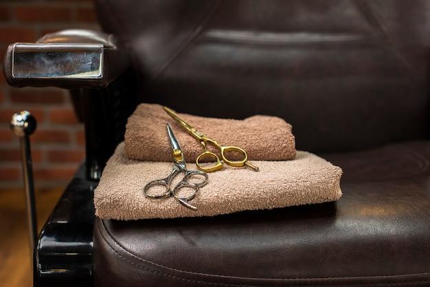 Forbici posizionate sulla sedia del parrucchiere