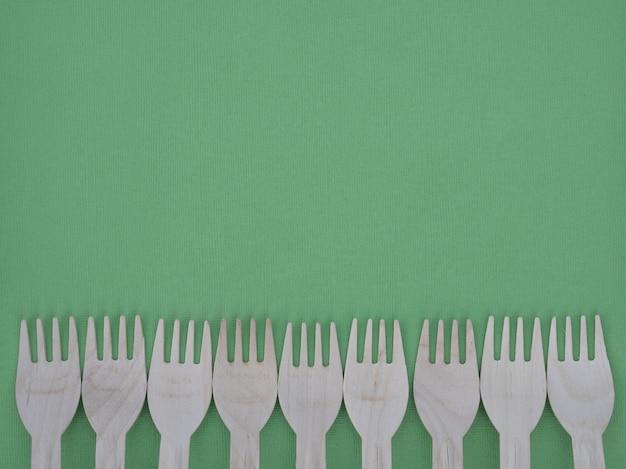 Forcella fatta da carta riciclata o legno, eco-friendly, vista dall'alto, copia spazio