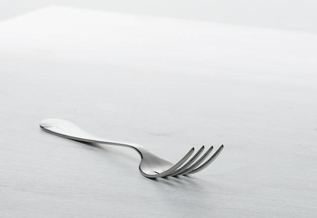 Forcella sul tavolo grigio