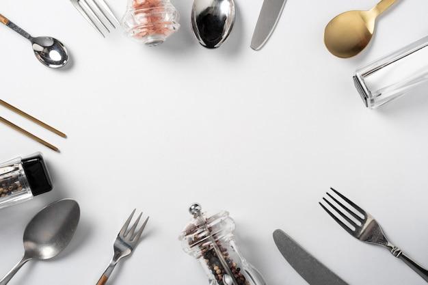 Forchetta cucchiaio coltello su bianco con copia spazio banner menu