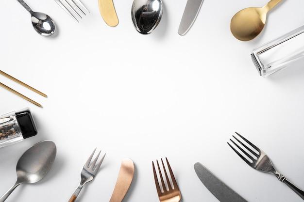 Forchetta cucchiaio coltello su sfondo bianco con copia spazio banner menu
