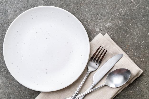 Forchetta e coltello cucchiaio vuoto piatto