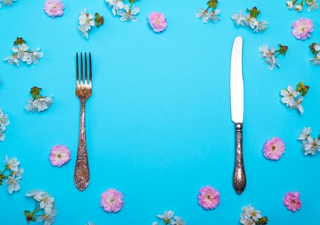 Forchetta e coltello d'epoca su un blu