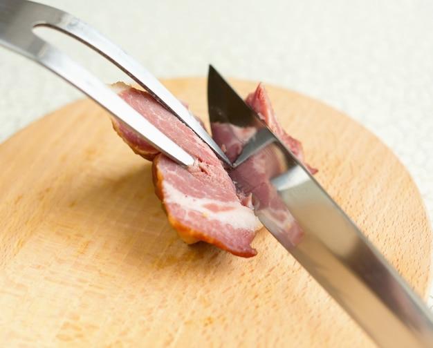 Forchetta e un grosso coltello per tagliare la carne