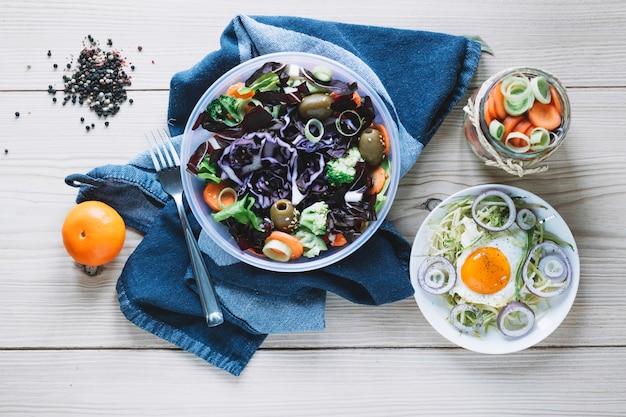 Forchetta vicino a varie insalate