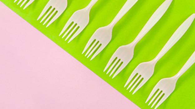 Forchette di plastica bianche su sfondo colorato
