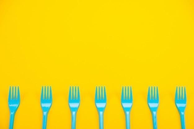 Forchette di plastica di colore su uno sfondo luminoso