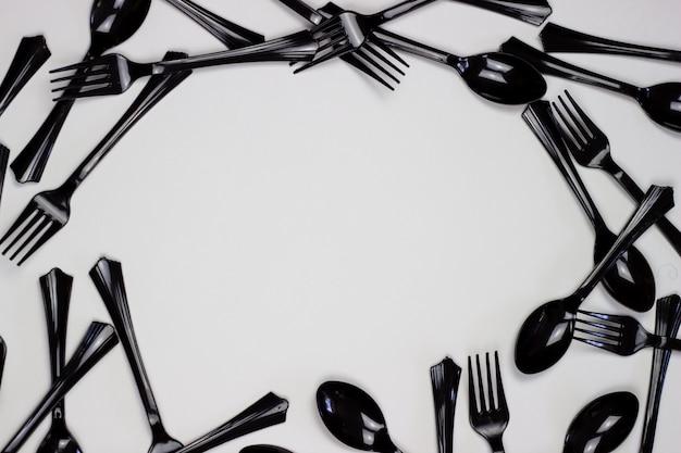 Forchette e cucchiai su uno sfondo bianco. concetto minimale. senza plastica.
