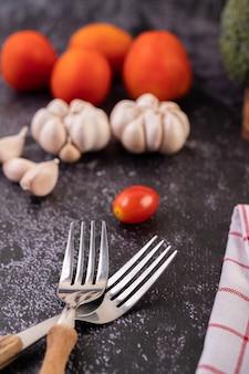 Forchette pomodoro e aglio per cucinare. messa a fuoco selettiva.