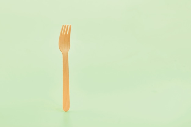 Forchette posate in legno monouso in mano.