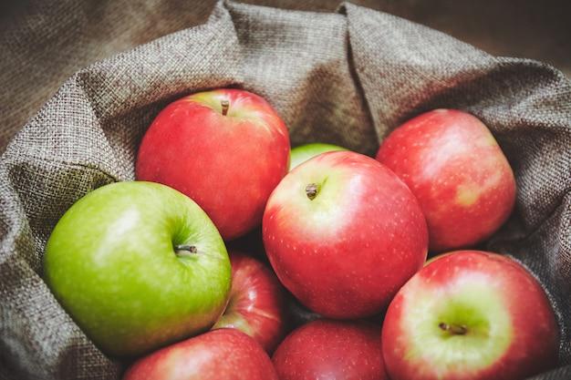 Forcus selettivo, primo piano della merce nel carrello rossa delle mele