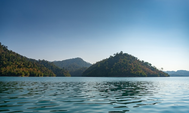 Foresta, montagna, fiume e cielo blu