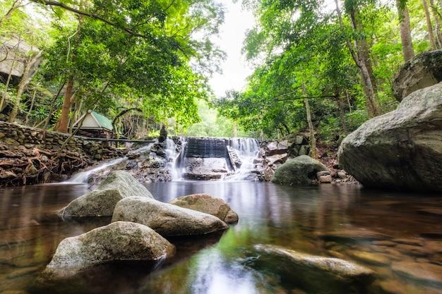 Foresta pluviale tropicale cascata huai yang nel parco nazionale