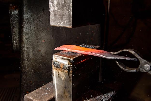 Forgiatura di metallo fuso. fare coltelli.