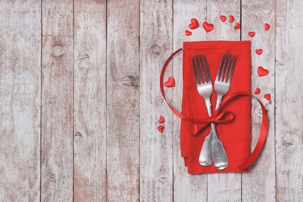 Forks oltre cucita su un tovagliolo rosso