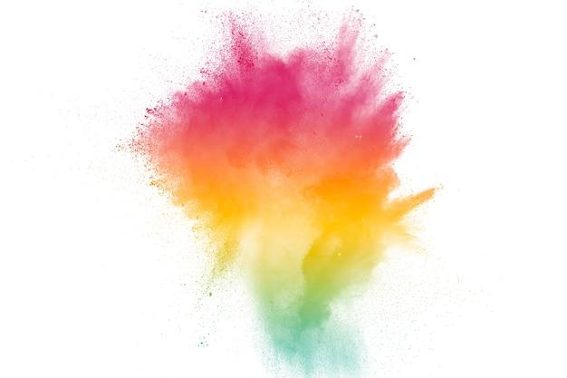 Forma bizzarra di esplosione di polvere di colore su sfondo bianco.