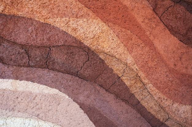 Forma degli strati di terreno, il suo colore e la consistenza, gli strati di trama della terra