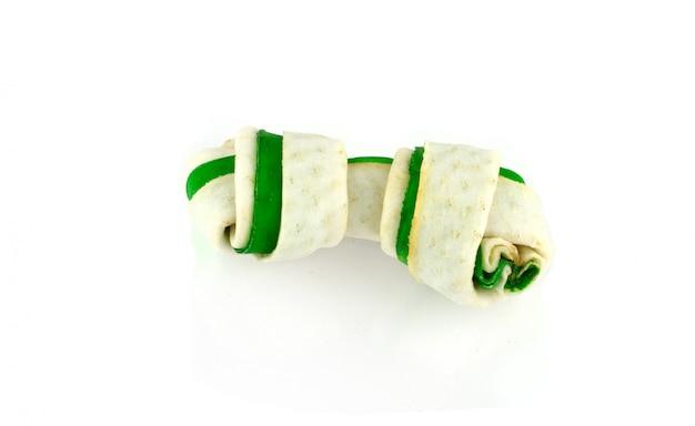 Forma dei bastoncini di osso verde del cane degli ossequi dentali. isolato su sfondo bianco