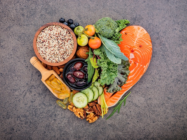 Forma del cuore del concetto chetogenico di dieta dei carboidrati bassi sulla pietra scura