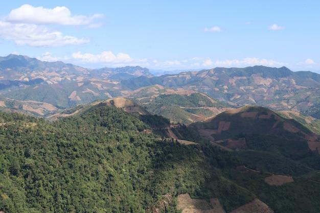 Forma del paesaggio di topview accanto alle montagne in dien bien phu, vietman