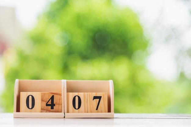 Forma di blocco in legno numero quattro e sette sul tavolo bianco.