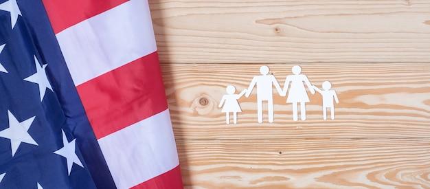 Forma di carta della gente o della famiglia con la bandiera degli stati uniti d'america