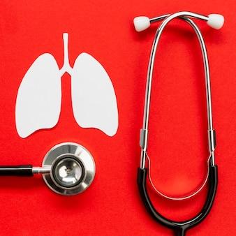 Forma di carta polmoni con stetoscopio sulla scrivania