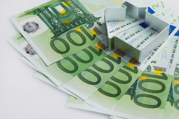 Forma di casa e denaro