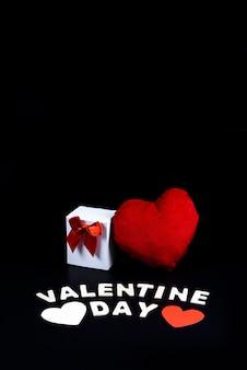 Forma di cuore, scatola regalo e parola lettere in legno