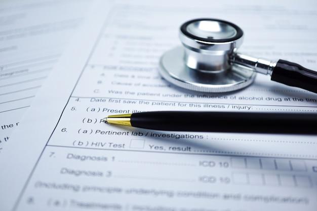 Forma di reclamo di incidente dell'assicurazione malattia con lo stetoscopio, concetto medico.