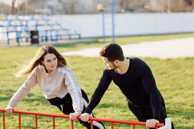 Forma fisica degli amici che si prepara insieme all'aperto che vive sano attivo