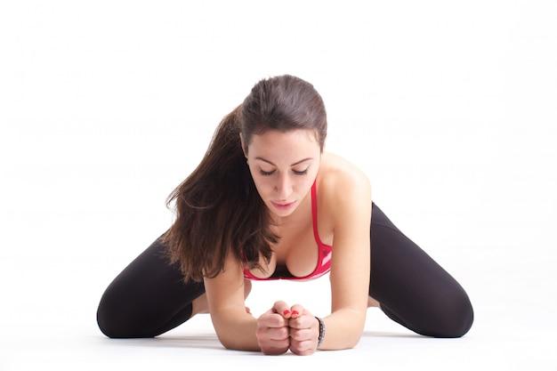 Forma fisica di esercizi dei pilates della donna isolata