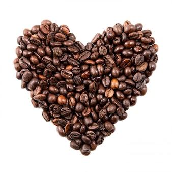 Forma isolata del cuore dai chicchi di caffè nero