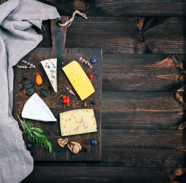 Formaggi su una tavola di legno marrone: brie, roquefort
