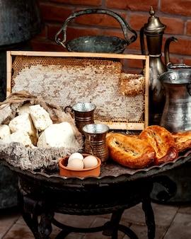 Formaggio bianco e pane con le uova