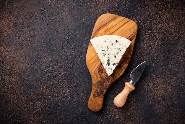 Formaggio blu e coltello sul tagliere