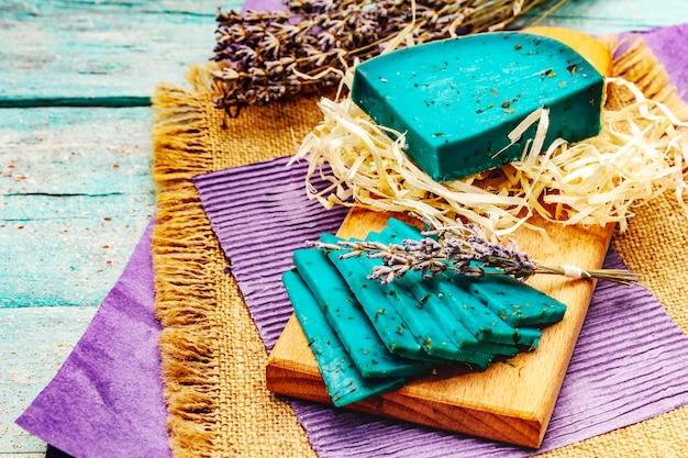 Formaggio blu olandese con lavanda su fondo di legno del turchese